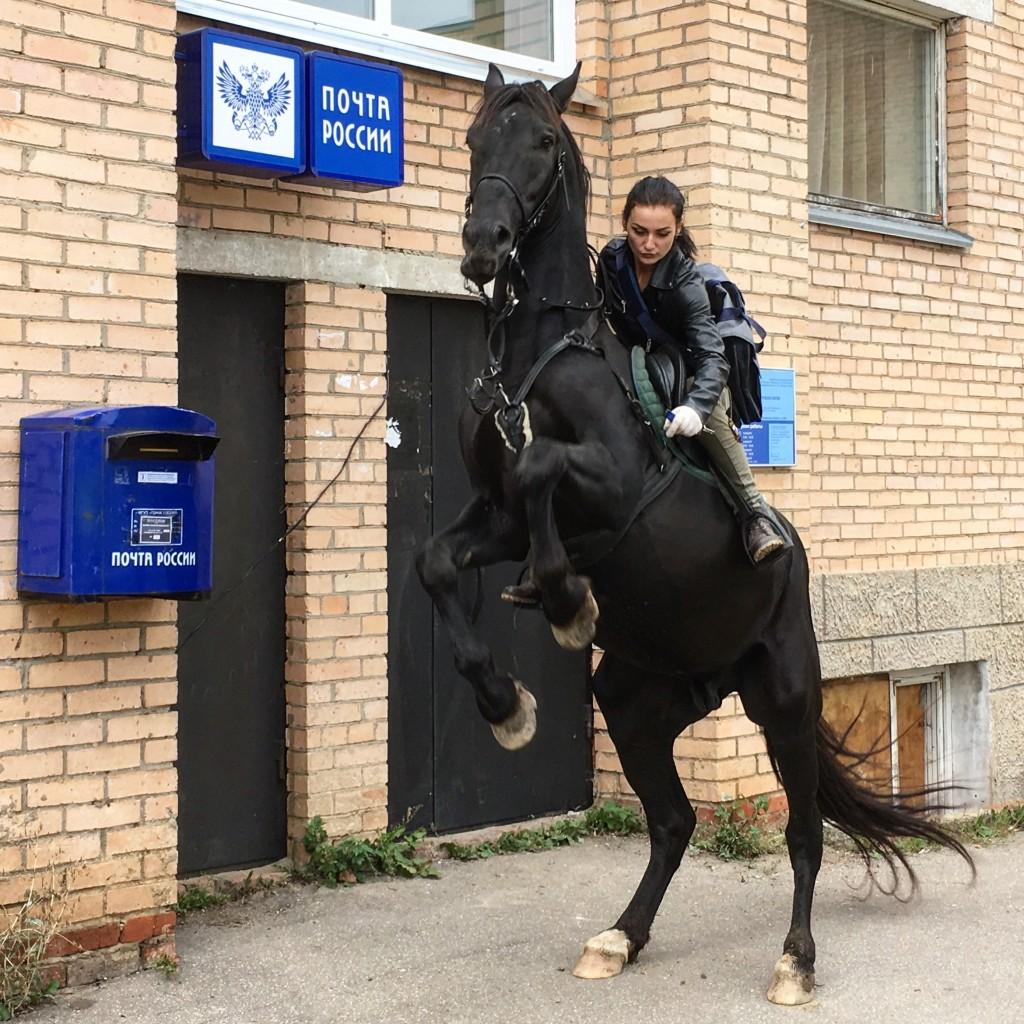 Всадница Почты Российской Федерации будет лицом Aliexpress