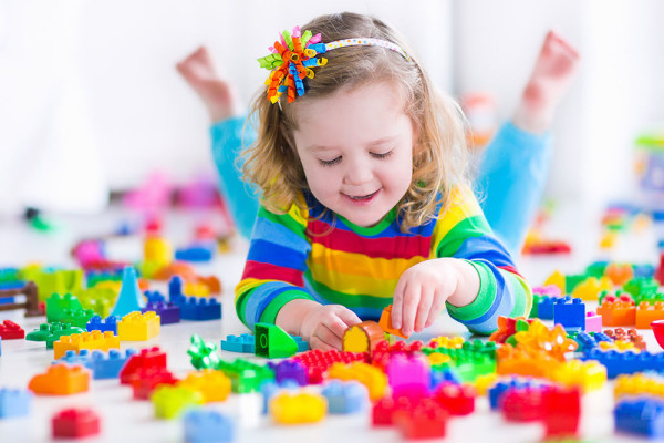 girl-playing-with-colorful-blocks-600x400.jpg