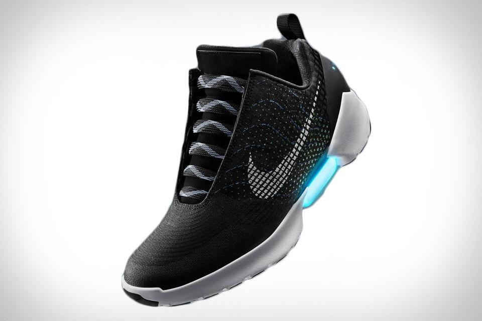 Nike выводит инновации на совершенно новый уровень  обувь компании теперь  способна зашнуровываться самостоятельно 940b2c6eed5c9